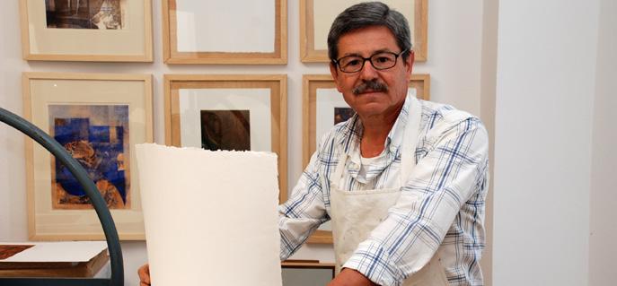 El pintor Pedro Rodríguez en su estudio.